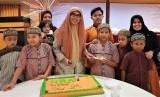 Founder NRA Group, Irmawati Mochtar  bersama hafizh cilik, bersiap memotong kue milad ke-19 NRA.