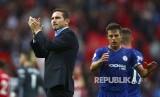 Frank Lampard memberikan applaus kepada penonton usai laga liga Inggris antara Manchester United melawan Chelsea di Stadion Old Trafford, Manchester, Ahad (11/8) waktu setempat.