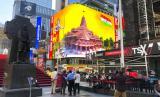 Gambar Dewa Ram menurut kepercayaan orang Hindu dan desain bangunan kuilnya tampil di papan iklan digital di Times Square, New York, AS, Rabu (5/8). Pembangunan pura itu dilakukan di atas reruntuhan Masjid Babri di Ayodhya, India.