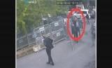Gambar ini diambil dari video CCTV yang diperoleh oleh penyiar Turki TRT World  pada Ahad (21/10/2018), konon menunjukkan wartawan Saudi Jamal Khashoggi  melewati pemeriksaan sebelum menuju konsulat Saudi, di Istanbul, sebelum masuk, Selasa, (2/10/2018).