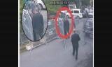 Gambar ini diambil dari video CCTV yang diperoleh oleh penyiar Turki TRT World dan tersedia pada Ahad (21/10/ 2018), konon menunjukkan wartawan Saudi Jamal Khashoggi berbicara dengan tunangannya Hatice Cengiz sebelum memasuki konsulat Saudi di Istanbul, Selasa, (2/10/2018).