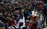 Garda Nasional Venezuela mengawasi warga yang mengantre untuk menyeberang dari Venezuela menuju Kolombia melalui jembatan Simon Bolivar di San Antonio del Tachira, Venezuela, 24 Januari 2018.