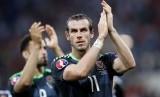 Gareth Bale memberikan applaus bagi pendukung Wales.