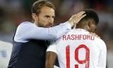 Gareth Southgate (kiri) memberikan apresiasi kepada Marcus Rashford.