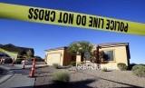 Garis polisi melintasi kediaman Stephen Paddock pelaku penembakan massal di Las Vegas, Selasa (3/10).