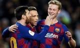 Gelandang Barcelona Arthur Melo (tengah) merayakan gol ke gawang Leganes bersama Lionel Messi (kiri) dan Frenki De Jong.