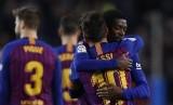 Gelandang Barcelona, Ousmane Dembele (kanan) merayakan gol dengan berpelukan dengan Lionel Messi pada laga Liga lawan Celta Vigo, Ahad (23/12) dini hari WIB.