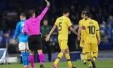 Gelandang Barcelona Sergio Busquets (tengah) menerima kartu kuning saat melawan Napoli. BArcelona ditahan imbang Napoli 1-1 pada leg pertama 16 besar Liga Champions.