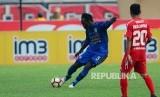 Gelandang bertahan Persib Bandung Michael Essien pada pertandingan Gojek Traveloka Liga 1 melawan Semen Padang FC di Stadion Si Jalak Harupat, Kab Bandung, Sabtu (9/9).