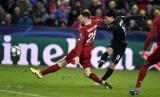 Gelandang RB Salzburg Takumi Minamino (kanan) saat mengahdapi Liverpool.