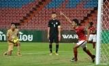 Gelandang timnas Indonesia U-16, Amanar Abdillah mencetak gol ke gawang Thailand pada laga kualifikasi Piala Asia U-16 di Stadion Rajamangala, Bangkok, Rabu (20/9). Indonesia menang 1-0.