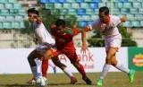 Gelandang timnas Indonesia U-19, Asnawi Mangkualam Bahar (tengah) di antara dua pemain Brunei Darussalam pada laga Piala AFF U-18 di Yangon, Myanmar, Rabu (13/9). Indonesia menang 8-0 pada laga ini.