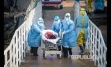 Gelombang pertama pasien positif virus Corona memasuki Rumah Sakit Huoshenshan di Wuhan, Hubei, China. Rumah Sakit darurat yang didirikan dalam waktu 10 hari ini dibuat khusus bagi korban virus Corona.