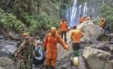 Gempa Lombok. Sejumlah tim SAR gabungan mengangkat jenazah wisatawan yang tertimpa longsoran batu saat terjadi gempa di air terjun Tiu Kelep, Desa Senaru, Kecamatan Bayan, Lombok Utara, NTB, Senin (18/3).