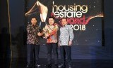General Manager Sales & Marketing Jakarta Garden City, Hyronimus Yohanes (tengah) saat menerima trophy penghargaan HousingEstate Awards 2018.
