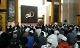 Gerakan shalat subuh berjamaah yang digerakkan Pemkot Sukabumi di Masjid Agung Sukabumi dihadiri sekitar 500 orang lebih jemaah dan dihadiri Wali Kota Sukabumi Achmad Fahmi dan Wakil Wali Kota Sukabumi Andri Setiawan Hamami, Jumat (12/10)
