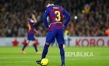 Gerard Pique juggling dengan bola bertuliskan Sit and Talk yang dilempar suporter Barca pendukung pemisahdan Katalan dari Spanyol pada laga El Classico antara FC Barcelona melawan Real Madrid di Camp Nou, Barcelona, Spanyol, Kamis (19/12) dini hari.