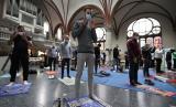 Gereja Martha Lutheran di Berlin, Jerman menjadi lokasi sholat Jumat umat Muslim karena keterbatasan ruang di masjid imbas Covid-19, Jumat (22/5).