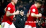 Gestur manajer MU Ole Gunnar Solskjaer pada laga Manchester United melawan Burnley di Old Trafford, Manchester, Inggris, Kamis, (23/1).