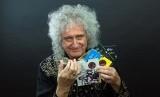 Gitaris Band Rock Queen, Brian May, memperlihatkan uang koin edisi khusus Band Queen yang diterbitkan oleh The Royal Mint pada Senin (20/1).