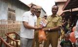 GM Coorporate Secretary Polytama, Dwinanto Kurniawan menyerahkan PMT di pos 1 Posyandu Tinumpuk.