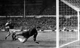 Gol kontroversial Geoff Hurst pada final Piala Dunia 1966.