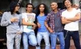 Grup band rock n roll Slank yang beranggotakan Kaka (vocal), Bimbim (drum), Ridho (gitar), Abdee (gitar) dan Ivanka (bass).