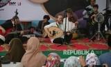 Grup musik Debu membawakan lagu karyanya dihadapan jajaran pimpinan dan karyawan Harian Republika saat acara buka puasa bersama di halaman kantor Harian Republika, Jakarta, Selasa (20/6).