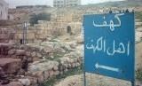 Terdapat banyak pendapat tentang kisah ashabul kahfi.  Gua Ashabul Kahfi di Yordania.