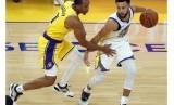 Guard Golden State Warriors Stephen Curry (kiri) dijaga guard Los Angeles Lakers Avery Bradley. (ilustrasi)