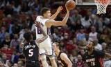 Guard Sacramento Kings Bogdan Bogdanovic (8) mengoper bola saat dijaga forward Miami Heat Derrick Jones Jr. (5) dan James Johnson (16). Heat menang 118-113 lewat overtime.
