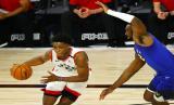 Guard Toronto Raptors Stanley Johnson membawa bola saat menghadapi Denver Nuggets dalam pertandingan NBA.