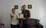 Gubernur Aceh Irwandi Yusuf menerima kunjungan silaturrahmi Direktur Eksekutif The Yudhoyono Institute (TYI), yang juga putra dari mantan Presiden SBY, Agus Harimurti Yudhoyono, di kediamannya, Selasa (14/11), pagi.