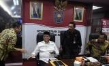 Gubernur Banten Wahidin Halim (kedua kiri) menyapa Wali Kota Tangerang Arief Wismanyah (kiri) disaksikan Sekjen Kemendagri Hadi Prabowo (kedua kanan) dan Sekjen Kemenkum HAM Bambang Rantam Sariwanto (kanan) saat akan mediasi di Kantor Kemendagri, Jakarta, Kamis (18/7/2019).