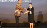 Gubernur DIY, Sri Sultan Hamengku Buwono X (kiri), menerima penghargaan Hassan Wirajuda Perlindungan WNI Award 2019 untuk kategori Pemerintah Daerah. Penghargaan diserahkan oleh Menteri Luar Negeri, Retno Marsudi.