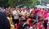 Gubernur DKI Jakarta, Anies Baswedan didampingi Istrinya Fery Farhati langsung disambut tarian khas suku Bugis, Indologo saat tiba di Pulau Pramuka, Kabupaten Kepulauan Seribu, Sabtu (11/11).