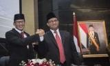 Gubernur DKI Jakarta Anies Baswedan (kanan) berjabat tangan dengan Wakil Gubernur Sandiaga Uno (kiri) seusai mengikuti Rapat Paripurna di DPRD DKI Jakarta, Rabu (15/11).
