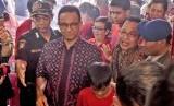 Gubernur DKI Jakarta Anies Baswedan (kedua kiri) mengunjungi Vihara Dharma Bhakti, Petak Sembilan, Jakarta, Selasa (5/2/2019).