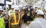 Gubernur DKI Jakarta Anies Baswedan (ketiga kiri) meninjau kereta Mass Rapid Transit (MRT) Jakarta rute Bundaran HI-Lebak Bulus di Stasiun Bundaran HI, Jakarta, Senin (10/12/2018).