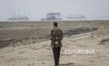 Gubernur DKI Jakarta Anies Baswedan meninjau salah satu kawasan di pulau reklamasi Teluk Jakarta, Jakarta, Kamis (7/6).