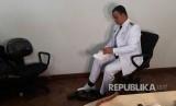 Gubernur DKI Jakarta terpilih Anies Baswedan mengenakan baju Dinas dalam sesi fitting dan foto pakaian dinas di Kebayoran Baru, Jakarta Selatan, Kamis (12/10)