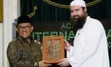 Gubernur Jabar Ahmad Heryawan (kiri) memberikan cinderamata kepada ulama Amerika Syeikh Abdurraheem McCharty (kanan) usai memberikan ceramah di Gedung Sate Bandung, Jawa Barat, Senin (12/6).