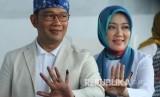 Gubernur Jawa Barat Ridwan Kamil berserta istrinya Atalia Praratya memperlihatkan tinta di jari kelingkingnya usai melakukan pencoblosan Pemilu 2019, di TPS 32, Cigadung, Kota Bandung, Rabu (17/4).
