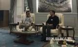 Gubernur Jawa Barat Ridwan Kamil (kiri) dan CEO Bukalapak Rachmat Kaimuddin (kanan) berbincang di Rumah Dinas Gubernur Jabar di Bandung, Rabu (15/1). Dalam kunjungannya, Bukalapak berkomitmen pemanfaatan platform BukaGlobal utk hasil ekspor Jawa Barat, hingga pembangunan Desa Digital.