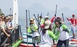 Gubernur Jawa Barat Ridwan Kamil (kiri) menyapa warga yang bermain olahraga air kayak dalam acara The 1st Jatiluhur Stand Up Paddle and Kayak Exhibition di kawasan Waduk Jatiluhur, Purwakarta, Jawa Barat, Minggu (14/7/2019).