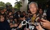 Gubernur Jawa Tengah Ganjar Pranowo dimintai keterangan oleh awak media seusai menjalani pemeriksaan di gedung Komisi Pemberantasan Korupsi (KPK), Jakarta, Rabu (7/12).