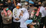 Gubernur Jawa Timur Khofifah Indar Parawansa (kedua kanan) bersama Kapolda Jawa Timur Irjen Pol Muhammad Fadil Imran (kiri) dan Pangdam V Brawijaya Mayjen TNI Widodo Iryansyah (kanan) menjawab pertanyaan wartawan saat kegiatan pencanangan Pesantren Tangguh di Pondok Pesantren Lirboyo, Kota Kediri, Jawa Timur, Sabtu (6/6/2020). Pesantren Lirboyo yang memiliki kurang lebih 28 ribu santri tersebut dicanangkan sebagai pesantren tangguh menghadapi pandemi COVID-19 melalui penerapan protokol kesehatan pada era normal baru.