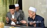 Gubernur NTB TGB Muhammad Zainul Majdi bersilaturahmi dengan Pengasuh Bahauddin Al Islamy KH Sholeh Qosim di Ponpes Bahauddin Al Islamy, Sidoarjo, Jawa Timur, Ahad (11/2).