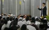 Gubernur NTB TGH Muhammad  Zainul Majdi atau Tuan Guru Bajang (TGB) memberikan tausyiah usai sholat shubuh di Masjid Agung Garut, Kabupaten Garut, Provinsi Jawa Barat, Ahad (14/1).