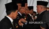 Gubernur Sumatera Selatan (Sumsel) Alex Noerdin menyematkan tanda jabatan dan surat keputusan sebagai Pejabat Sementara (Pjs) Wali Kota kepada empat pejabat Pemprov Sumsel dan surat keputusan Pelaksana Tugas (Plt) kepada tiga Wakil Bupati, Rabu (14/2) di Griya Agung.